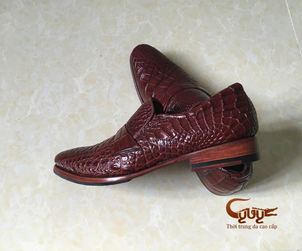Giày da cá sấu màu nâu đỏ đậm