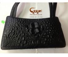 Túi xách da cá sấu màu đen